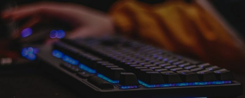 Picture of a gamer with a mechanical rgb keyboard