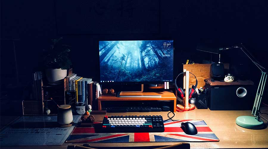An example of a gaming setup with the best gaming mouse for claw grip.